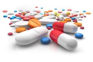 Tabletten auf weißem Untergrund